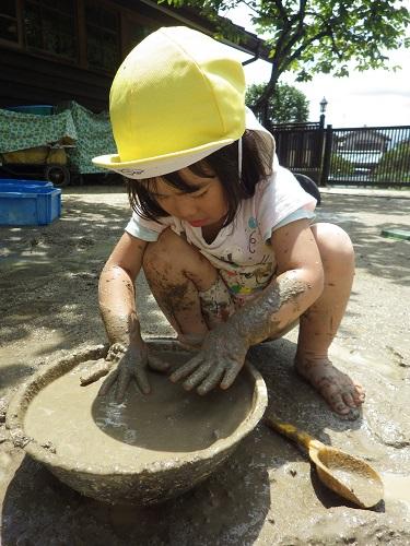 どろんこの季節☆トロトロだったりかちかちだったり…手や足、身体全身を使って泥の感触を味わいながら楽しんでいます!トロトロきもちいいね。