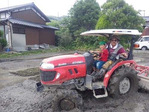 近所の農家さんのご厚意で田植えの見学とトラクターに乗せてもらう体験をしました。