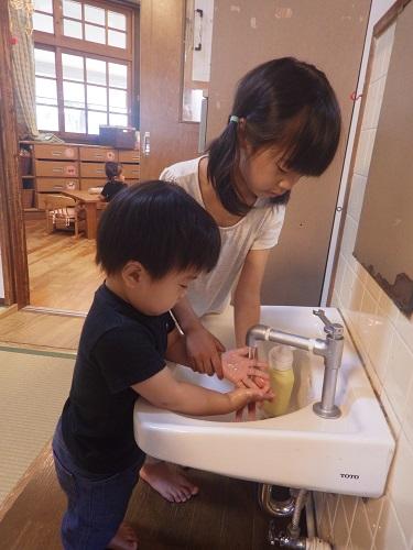 やまぐみのおねえちゃんたちが手洗いのお手伝いをしにきてくれます!「こうやって洗うねんで~」と優しく教えてくれるので子どもたちも安心して身を任せています♪