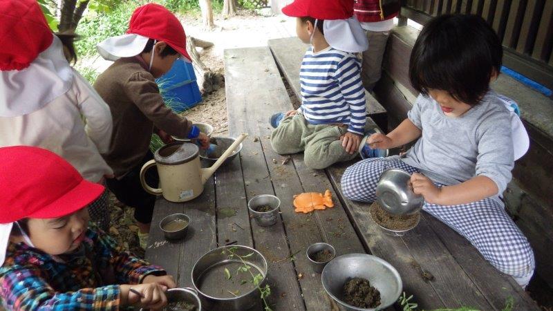 以上児(3・4・5歳児)「木陰が心地いい。子どもたちのお気に入りの場所。」