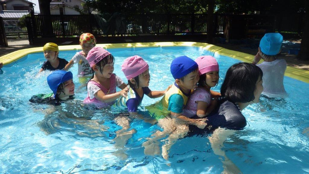 「プール遊び」3,4、5歳児は大きいプール。2歳児は丸プール。1歳児はタライプールを楽しみます♪