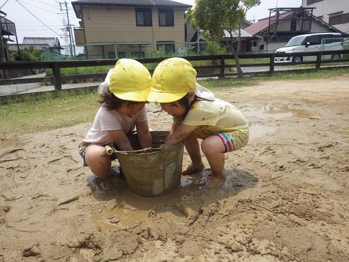 バケツにせっせと泥を運んで、一緒にトロトロ~気持ちいいね☆