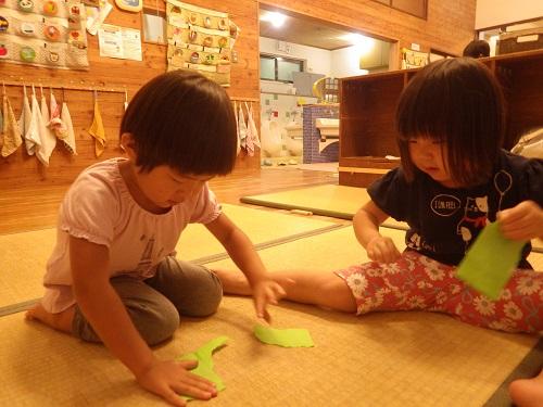 折り紙が大好きな子どもたち。「こうして・・・」と考えながら作成中・・・