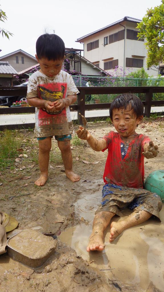 未満児(2歳児)全身どろんこになって大胆にあそぶ子どもたち。水や泥の感触をめいっぱい楽しんでいます。