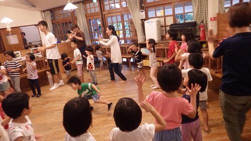 夏まつりでの盆踊り『炭坑節』の練習。♪ほってーほってーかついでかついで・・・