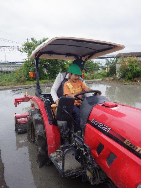 「田植え」近所の農家さんに田植えの見学とトラクターに乗せてもらう体験をしました。