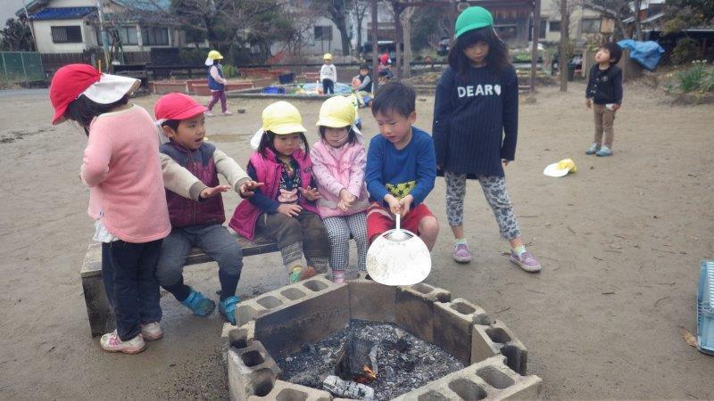 【たきび】たき火をしました。「あったか~い」とひっつき合って温まる子どもたち。寒い日に自然と人と人が集まれる場所。たき火っていいなぁ。