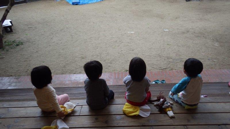 うさぎぐみ(1歳児)「♪あめ あめ やんどくれ あしたのばんに ふっとくれ」