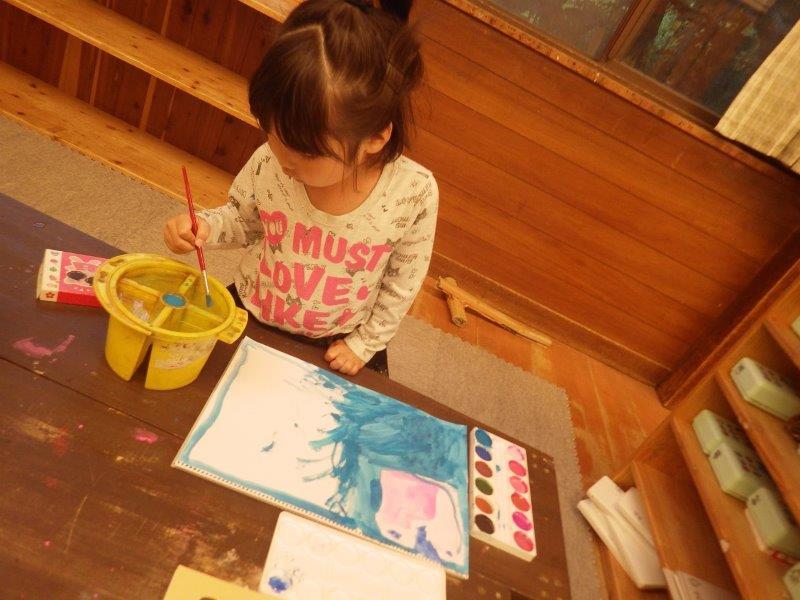 以上児(3・4・5歳児)「やまぐみ(5歳児)は自分のケイクカラーとスケッチブックでお絵かき。『○○と△△を混ぜてこんな色!』新しい色も作れるよ☆」