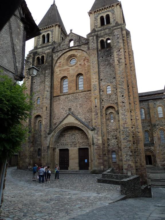Conques Aveyron  abbatiale  parvis