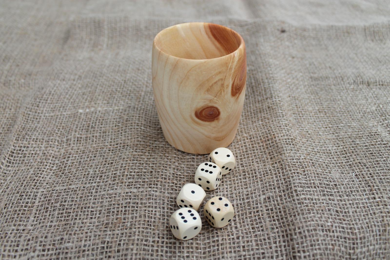 Würfelbecher aus Zirbenholz