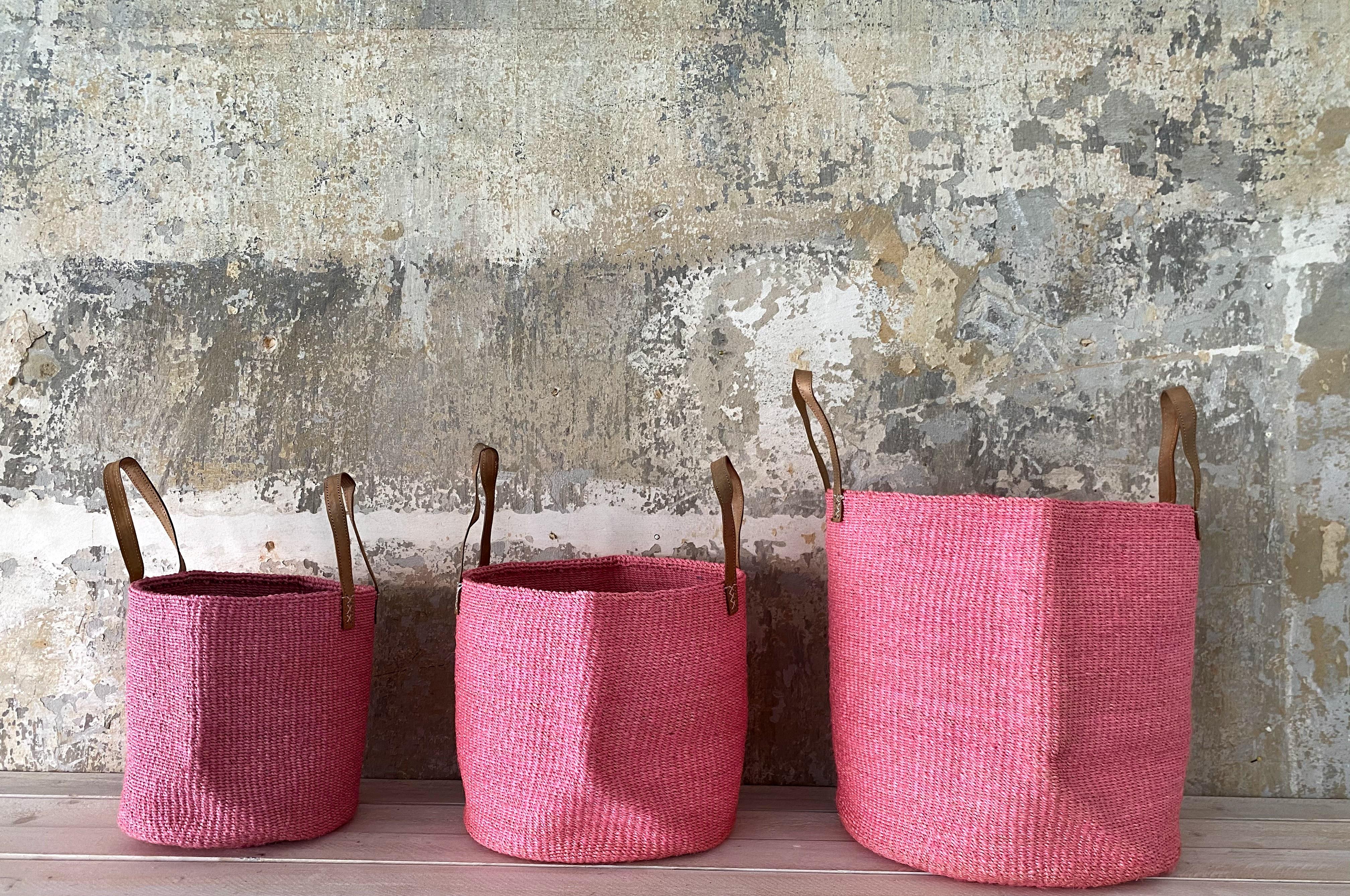 Runder Raffia Korb mit Deckel Handgemacht und Fair aus Madagaskar. Rosa