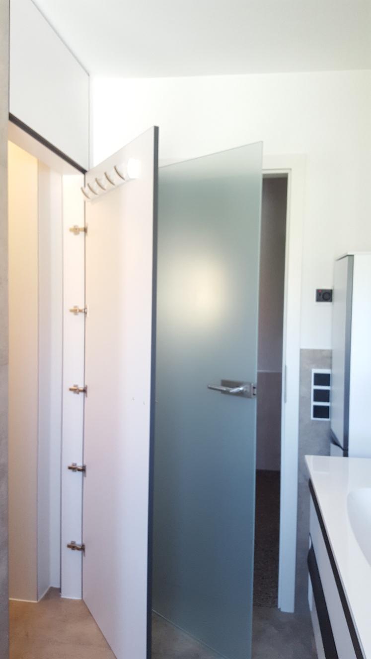 Türe und Regale passend gefertigt und eingebaut zu Pelipal Badmöbel