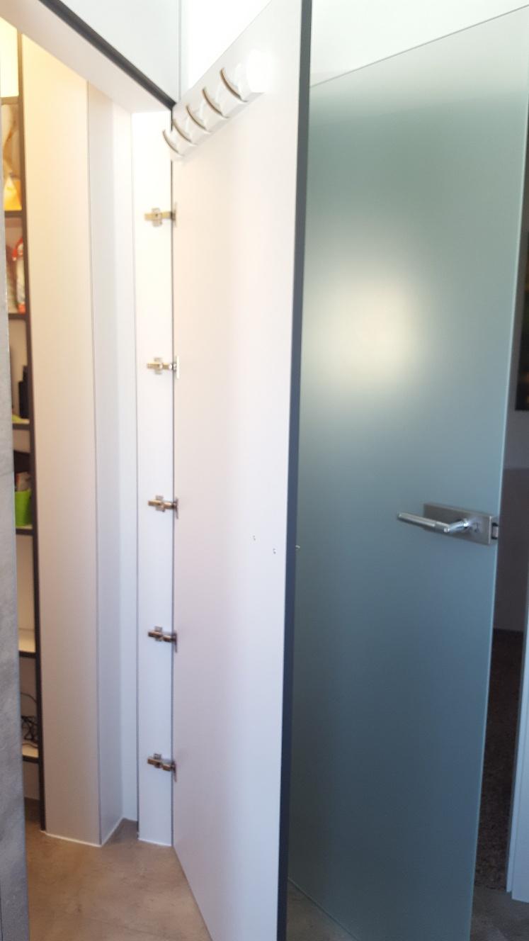 MDF-Holzmaterial weiß matt mit Kanten anthrazitfarben versehen entsprechend zu den Badmöbeln Pelipal