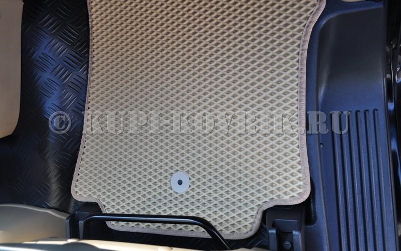 Передние коврики крепятся на оригинальные клипсы Hyundai