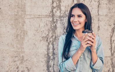 Frau mit Kaffee Make-up