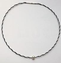 zarter Halsreif aus Pferdehaar individuell mit Perle