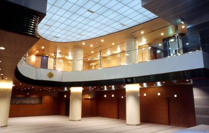 Zweigeschoßiger Veranstaltungssaal mit hinterleuchteter Lichtdecke