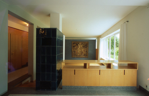 Sideboard aus Holzwerkstoffplatten als Absturzsicherung zwischen Essplatz und Wohnbereich - Foto © H. Schild