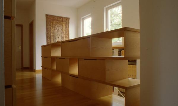 Sideboard aus Holzwerkstoffplatten furniert (Eiche) als Absturzsicherung - Foto © H. Schild