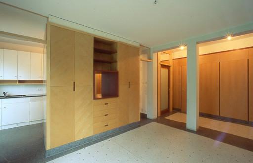 Beidseitig bedienbarer Kasten (von Küche und Essbereich); Terrazzofußboden mit Fußbodenheizung
