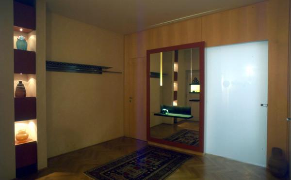 Vorraum mit Wandschrank und Garderobe
