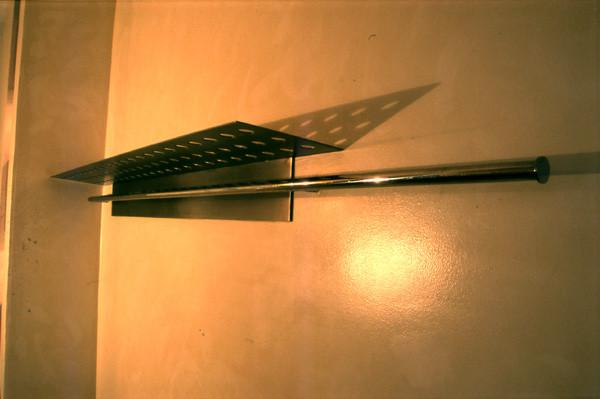 Hutablage (Nirostablech poliert und gelocht) mit Garderobenstange (Nirosta poliert) - Foto © Knauer Architekten