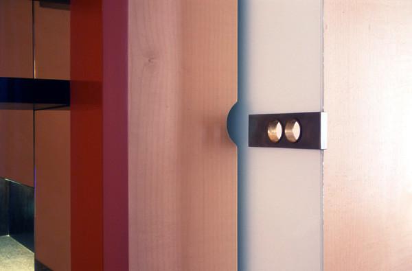 In Wandschrank integrierte Glasschiebetüre mit Türbeschlag aus Nirosta und Messing