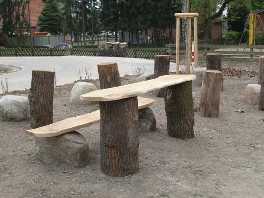 Neben dem Zaunbau übernehmen wir auch die Gestaltung von Spielplätzen. Hier entsteht ein wunderbar naturnaher Sitzplatz.
