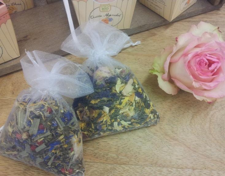 BadeTee mit Kräutern und Blüten