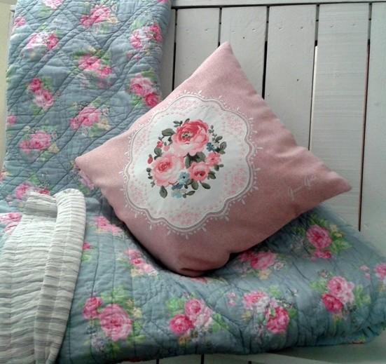 Quilt-Decke und Kissen mit Rosen