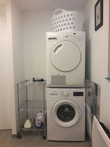 Lave-linge et sèche-linge dans salle d'eau rdc