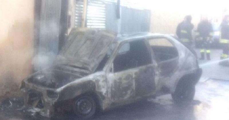 Incendia L'Auto della Madre