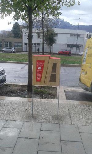 L'Atelier SIIS, sous-traitant de Hop Durable, a monté et posé des boites à livres dans la ville de Grenoble dans le cadre des budgets participatifs