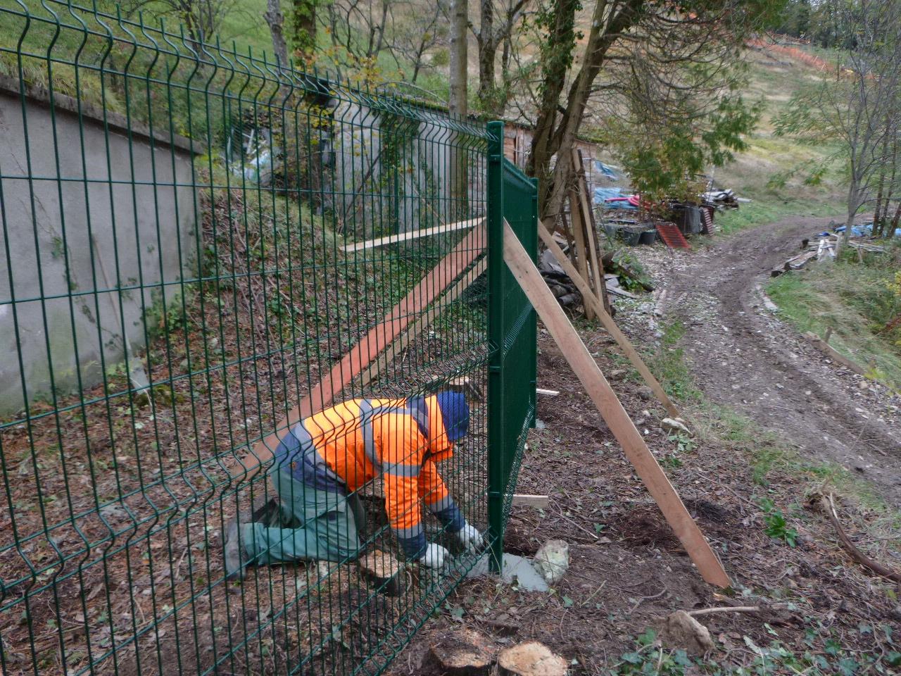 Réservoirs des Eaux de Grenoble : pose de clôtures sur les zones sécurisées suite aux chutes d'arbres