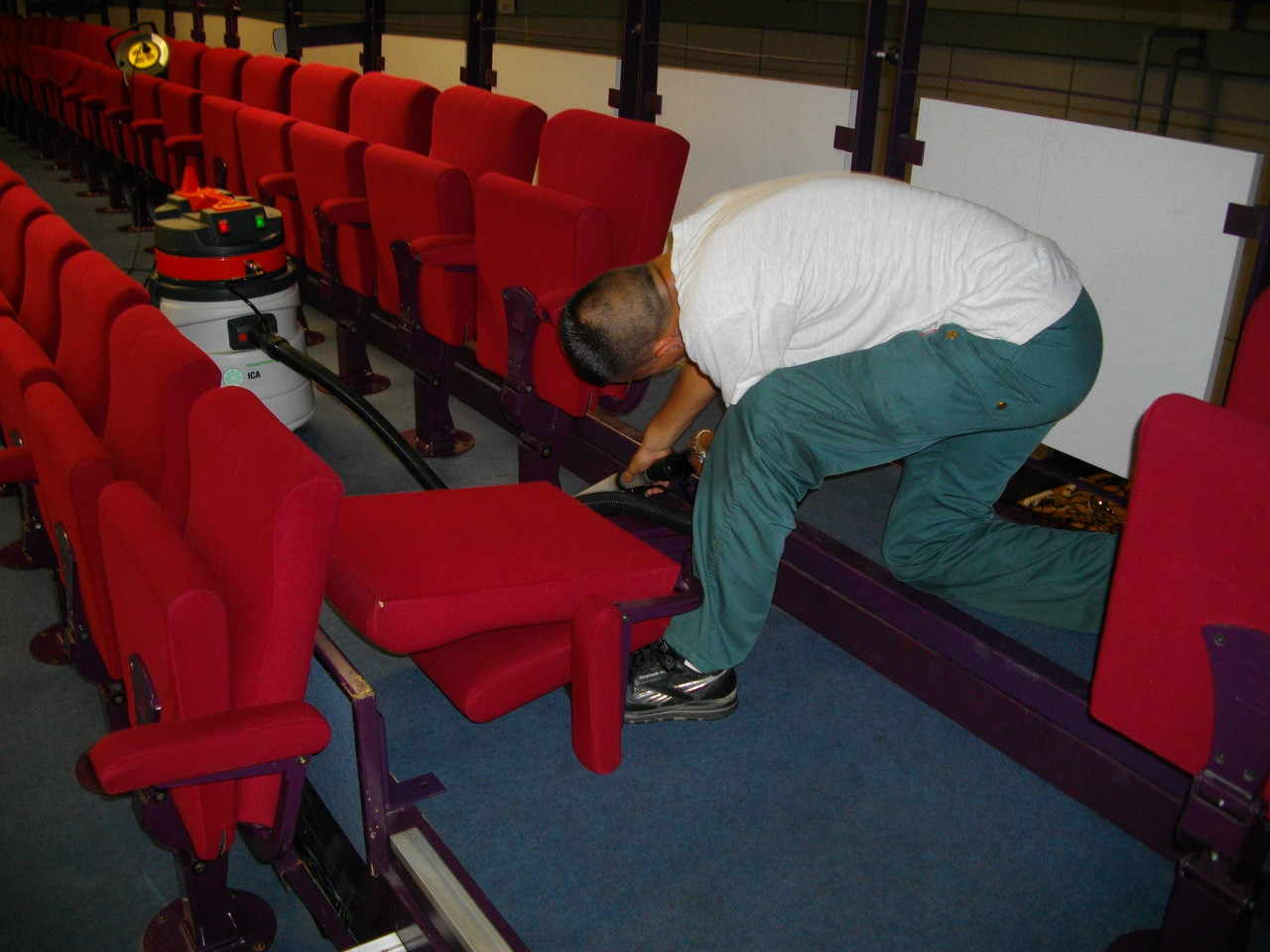 Nettoyage de  fauteuils de salle de spectacles