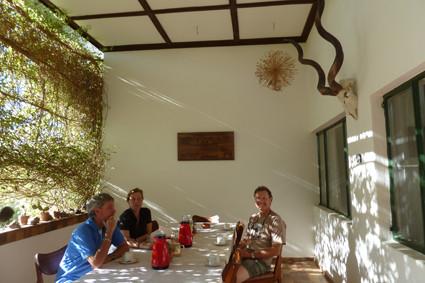 Kaffee und Kuchen auf der Veranda in Etendero