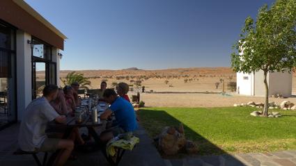 zu Tisch in der Wüste