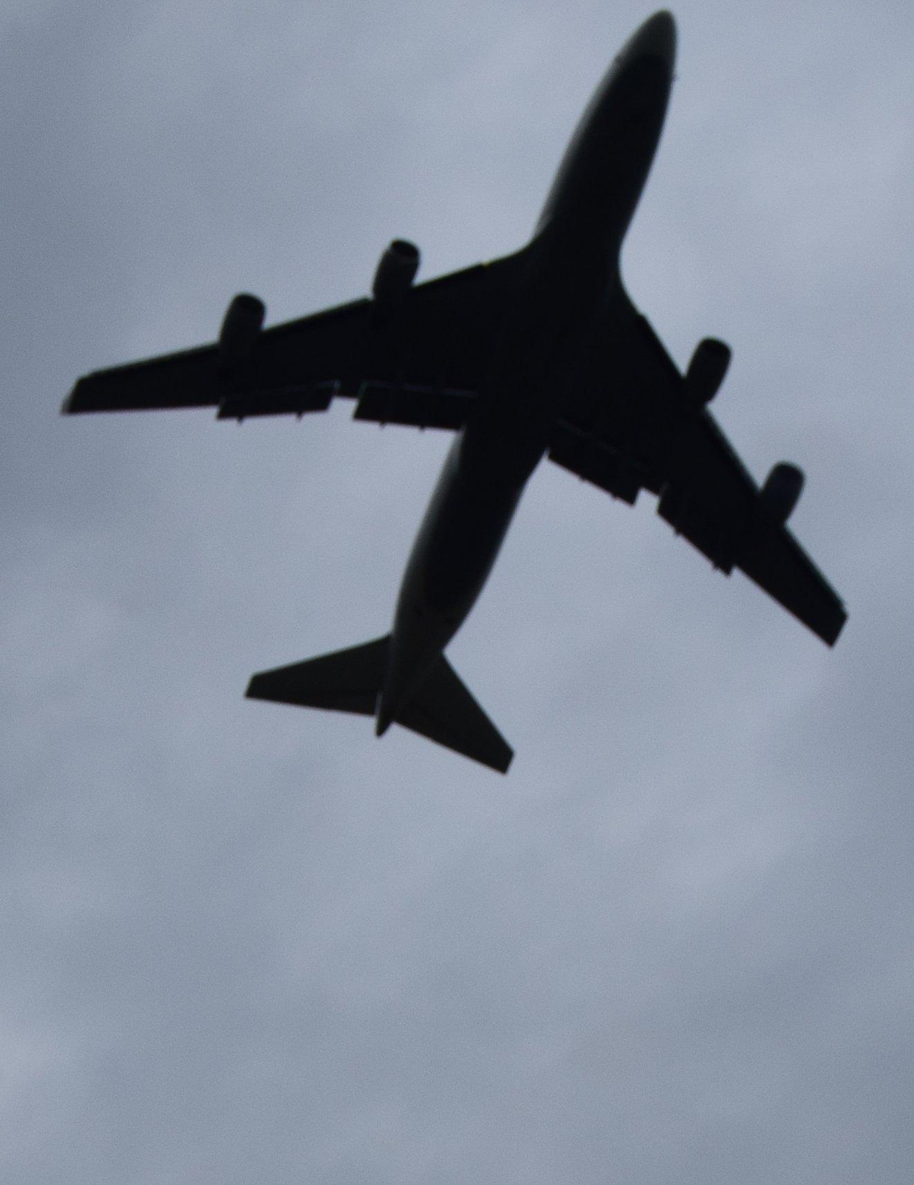 05-17 ich seh' ihr noch lange nach. Seh' sie die Wolken erklimmen, bis die Lichter nach und nach ganz im Regengrau verschwimmen