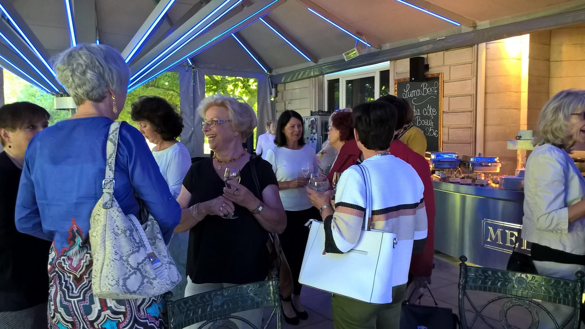 07-17 Ladies Brunch:  zahlreiche Gäste an einem herrlichen Morgen