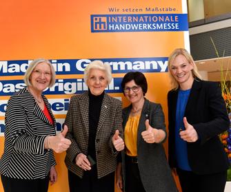 Foto: GHM, v.l.n.r. Heidi Kluth (Bundesvorsitzende der UnternehmerFrauen im Handwerk), Dr. Monique R. Siegel (Trendforscherin und Wirtschaftsethikerin), Margit Niedermaier (Pressewartin der UnternehmerFrauen im Handwerk), Bibiana Steinhaus (Schiedsrichter