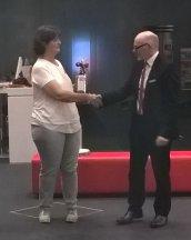 06-17 Annette Hermes-Schmid bedankt sich bei Herrn Wunsch von der SPK Rastatt-Gernsbach