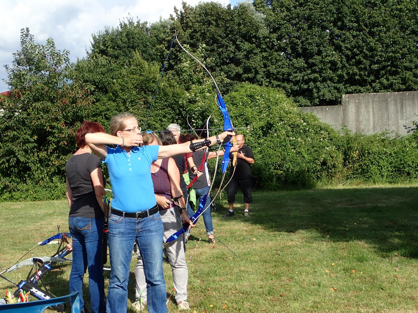08-16 Bogenschießen in Rastatt - Jede hatte bald den Bogen raus