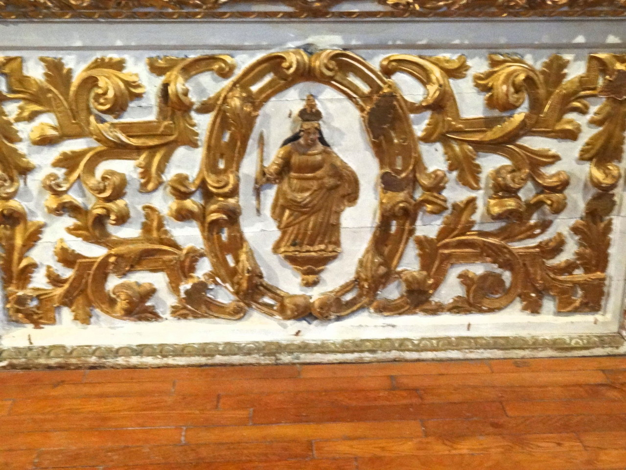 Devant l'autel de la Vierge
