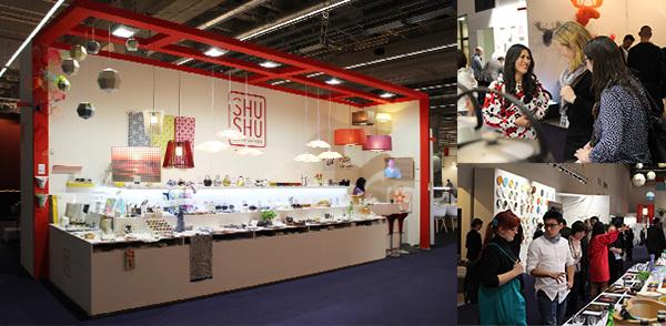 2017.02.10-14「Ambiente2018 SHUSHUブース出展」 本年度もドイツ・フランクフルトで行われる世界最大級の消費材見本市 「Ambiente アンビエンテ」にSHUSHUブース(Hall 11.0 H58)を出展致しました。 各社商品が掲載されたプライスリストや英独対応の商品POPなど、 すべて弊社で作成しております。