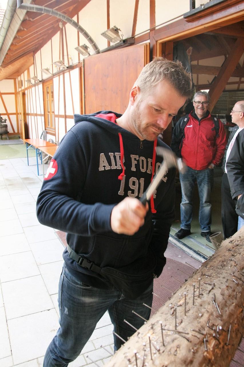 Hansjörg beim nageln