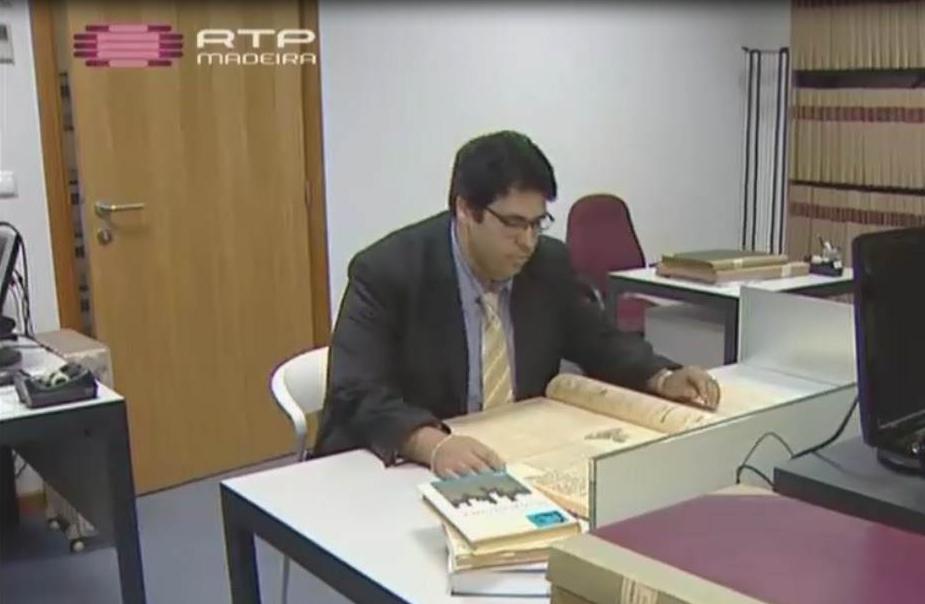 Miguel Oliveira bei der Recherche in der Ratshausbibliothek von Funchal für sein neues Buch über John Dos Passos und Zensur. (c) RTP-Madeira