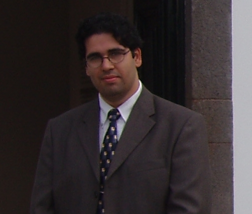 Miguel Oliveira na entrada principal do Centro Cultural John Dos Passos