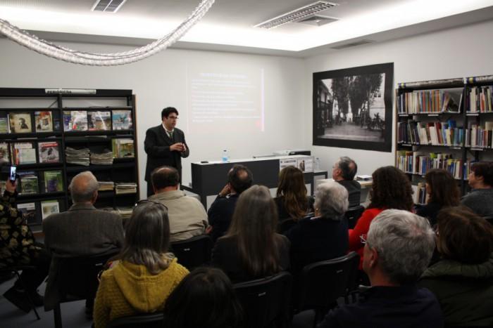 Momento da palestra de Miguel Oliveira sobre John Dos Passos e Censura na Biblioteca Municipal do Funchal