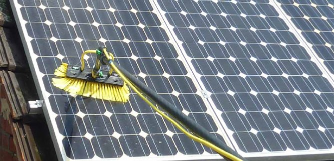 zonnepanelen reinigen, met het juiste materiaal van groot belang